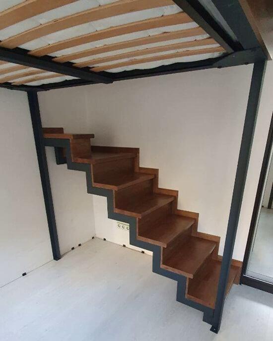 лестница на антресольный этаж на металлическом каркасе