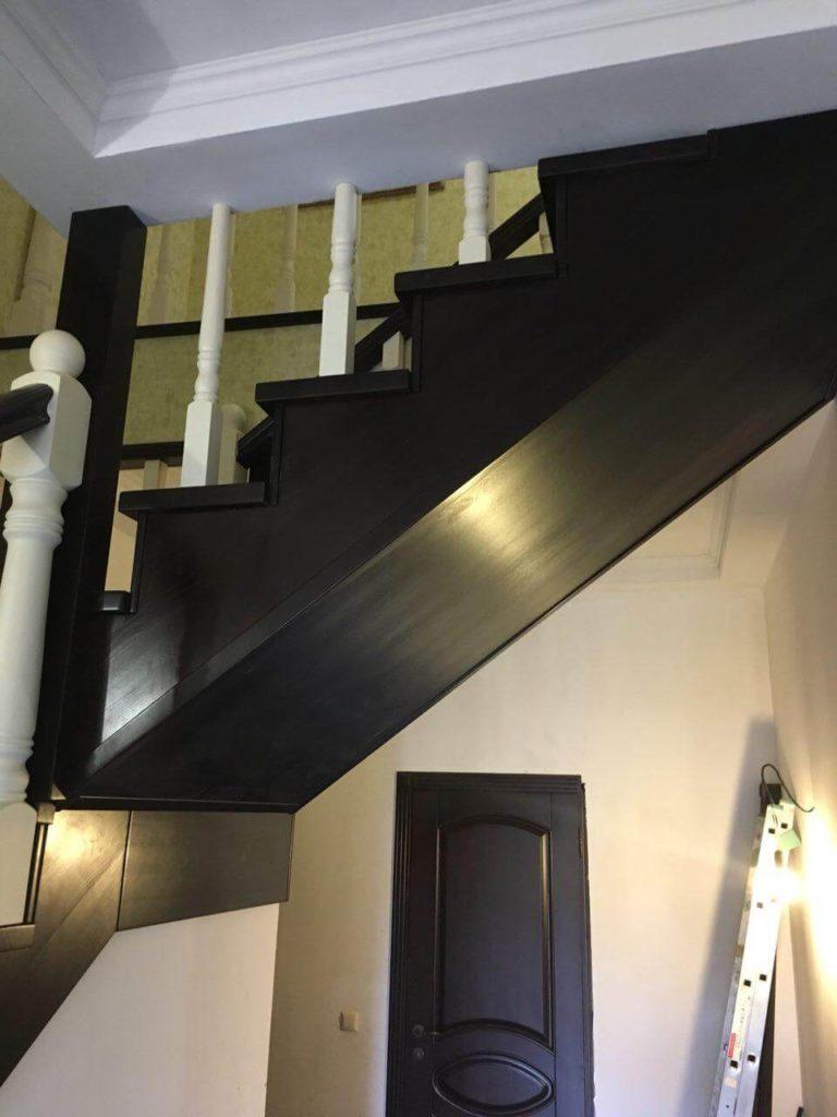 фотография лестницы на деревянных косоурах