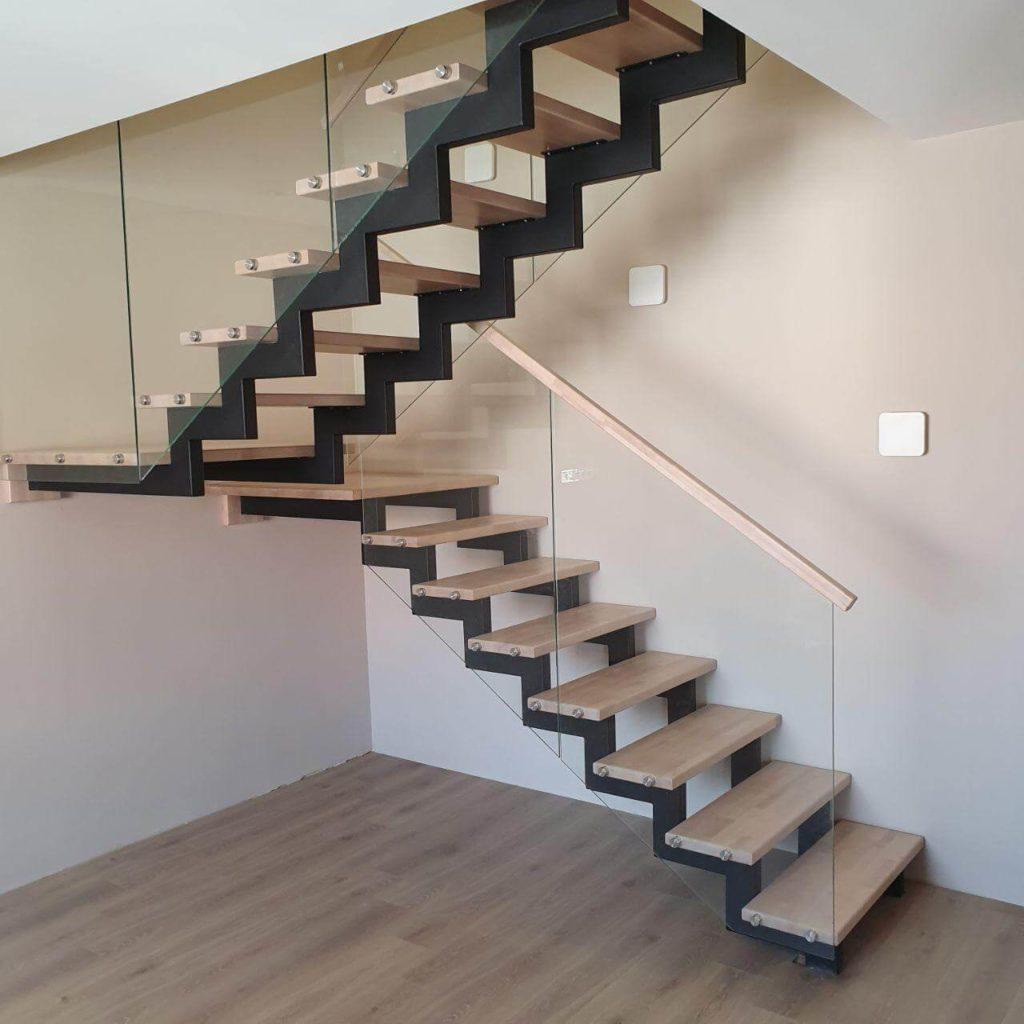 фото лестницы на металлических косоурах с деревянными ступенями