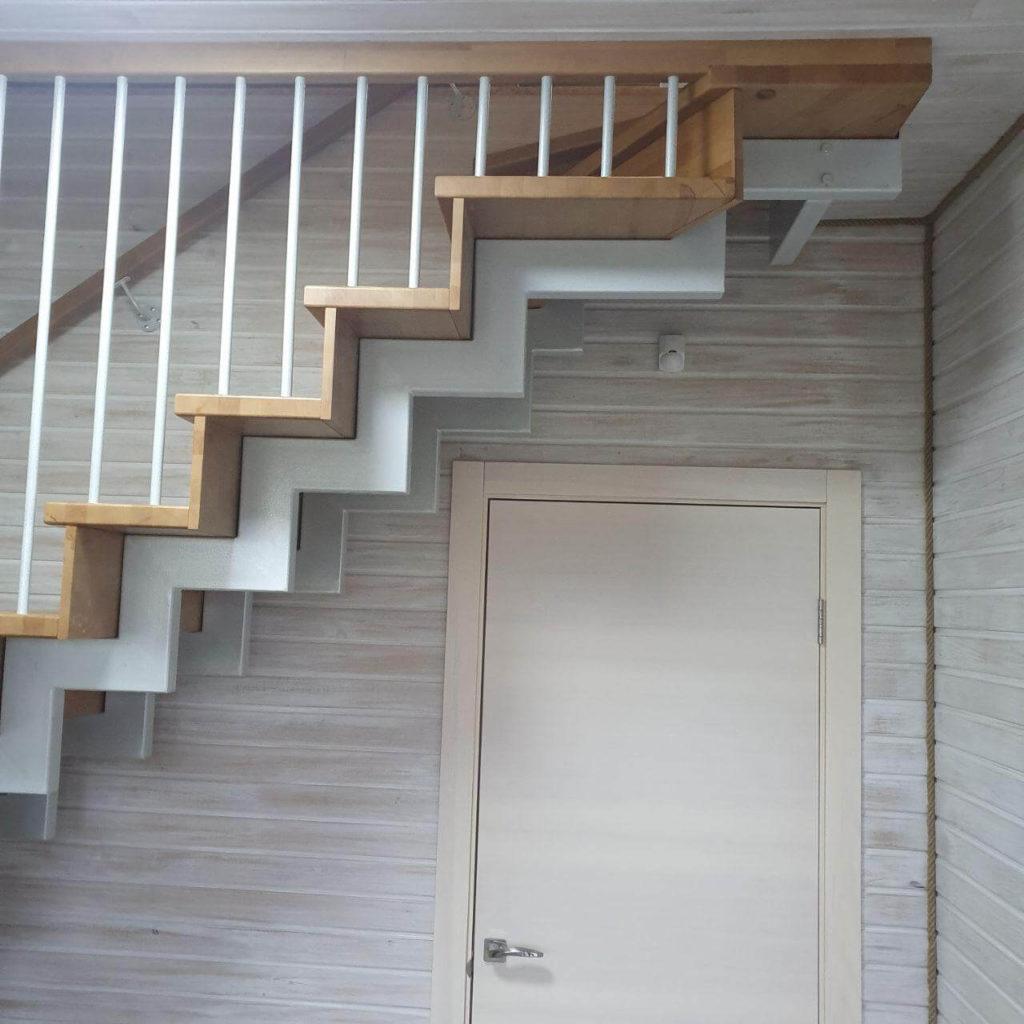фотография лестницы на металлических косоурах