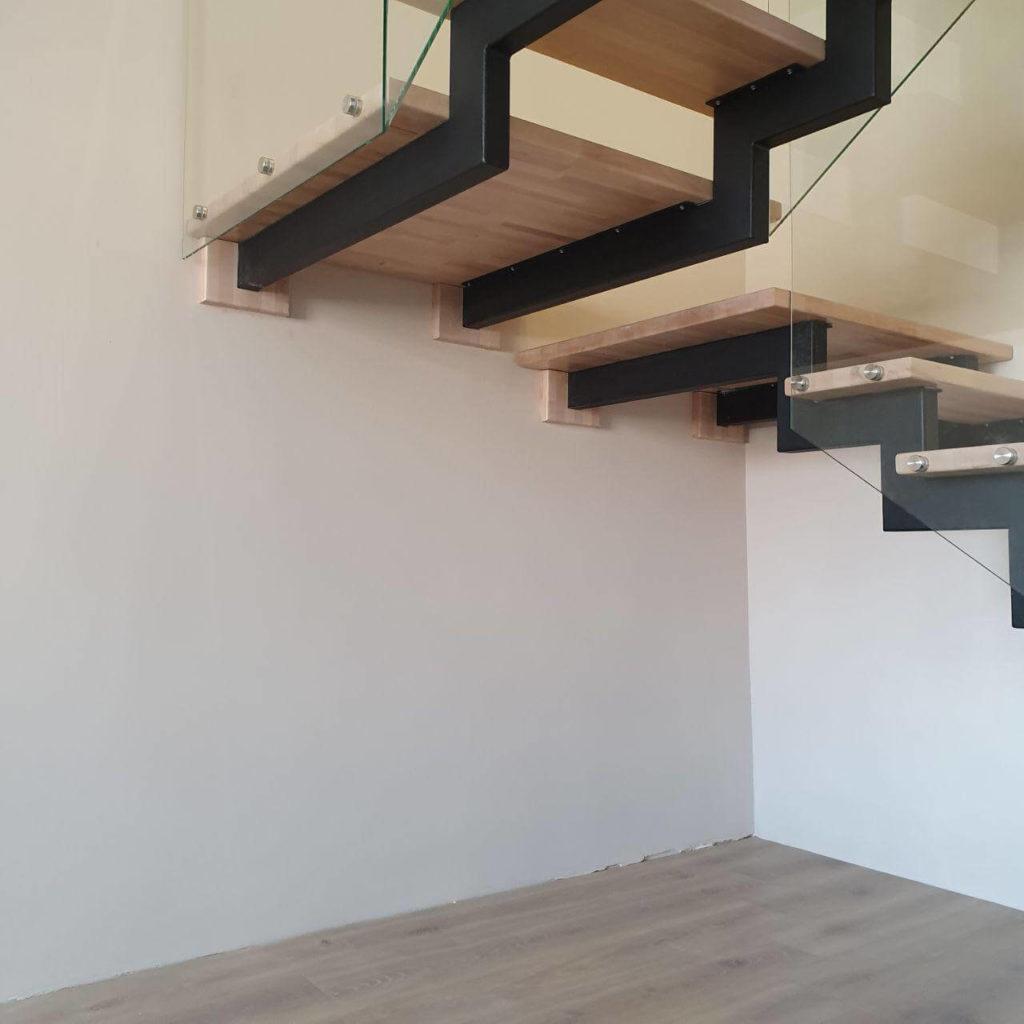 фотография лестницы на открытых металлических косоурах