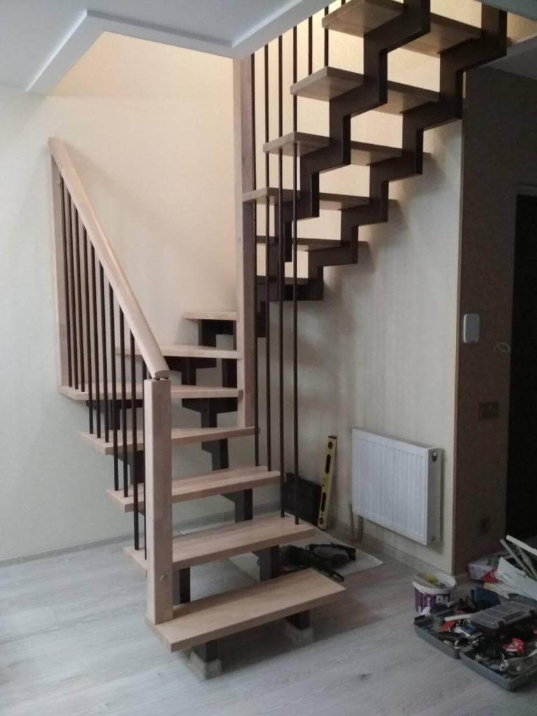 фотография лестницы с поворотными ступенями на косоурах
