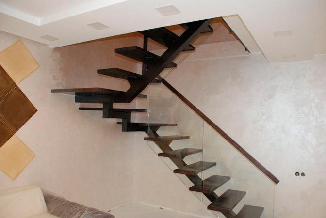 фото модульной лестницы на металлическом каркасе с поворотом и перилами из стекла