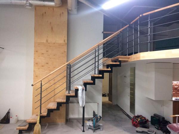фото маршевой лестницы на металлическом каркасе с перилами