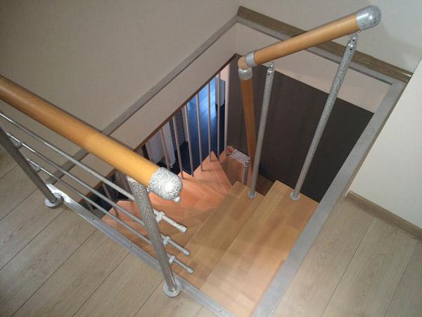 фото модульной лестницы на металлическом каркасе для дачи