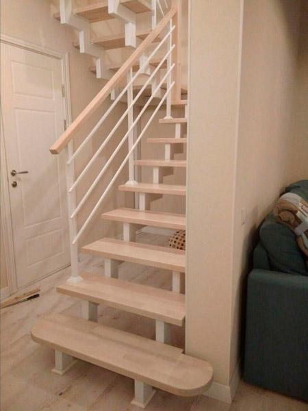 фото деревянной лестницы на металлическом каркасе с поворотом с металлическими перилами