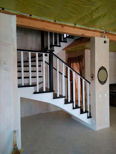 фото дачной лестницы из дерева с поворотом