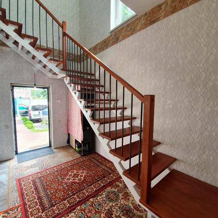 фото деревянной маршевой лестницы на металлическом каркасе