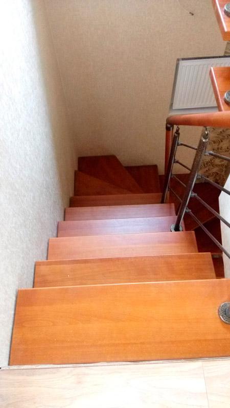 фото деревянной лестницы на металлическом каркасе с поворотом