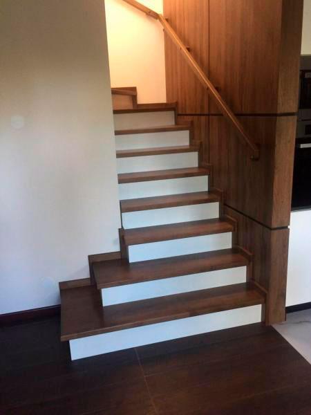фото деревянной лестницы с поворотом с перилами