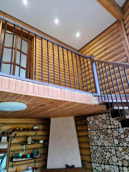 фото деревянной лестницы на металлическом каркасе с поворотом с перилам из дерева