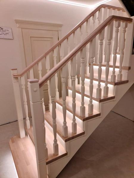 фото деревянной лестницы с поворотом с балясинами