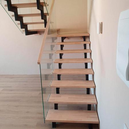 фото деревянной лестницы на металлическом каркасе с перилами из стекла