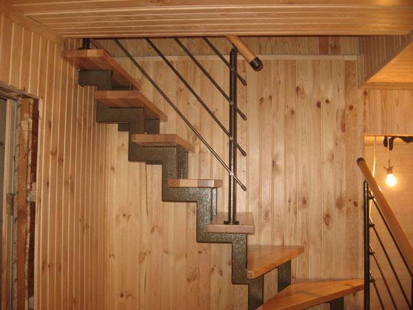фото деревянной лестницы на металлическом каркасе для дачи
