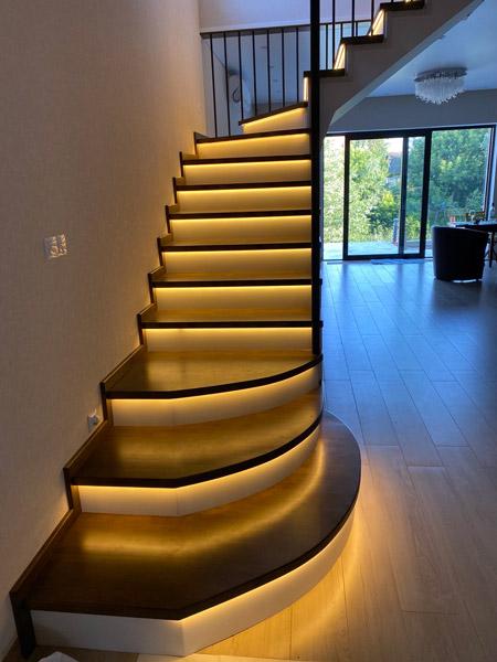 фото деревянной поворотной лестницы с перилами из дерева