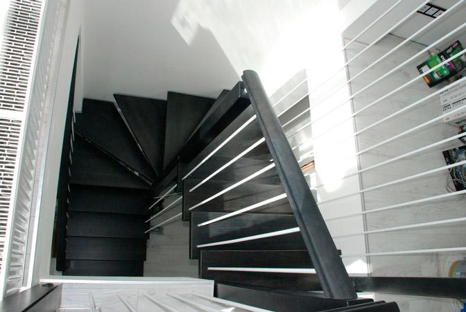 фото маршевой деревянной лестницы на металлическом каркасе с перилами из дерева