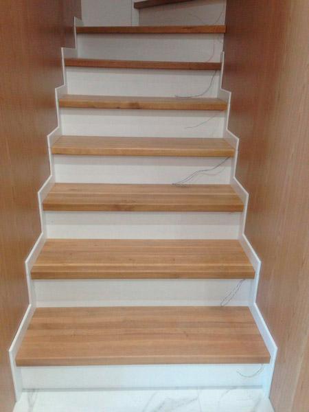 фото деревянной лестницы с перилами из стекла