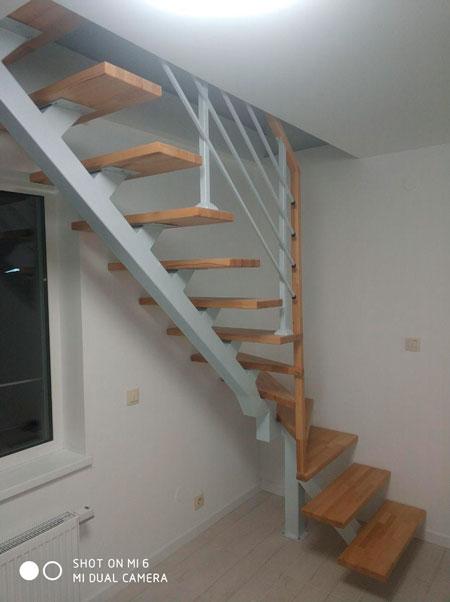 фото деревянной маршевой лестницы с поворотом
