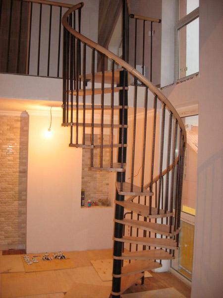 фото поворотной лестницы на металлическом каркасе для дачи с перилами из металла