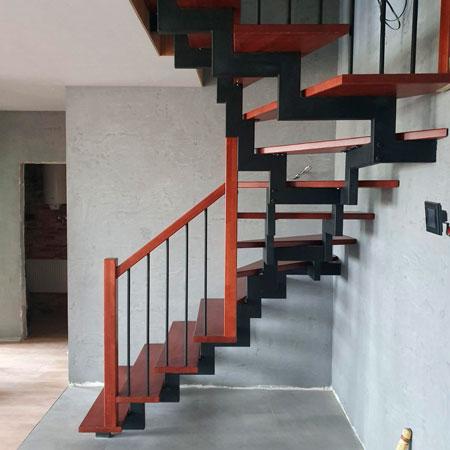 фото деревянной поворотной лестницы из металла на металлическом каркасе с перилами из дерева и металла