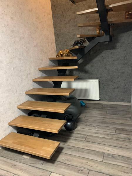 фото лестницы на металлическом каркасе из дерева с поворотом с перилами из стекла