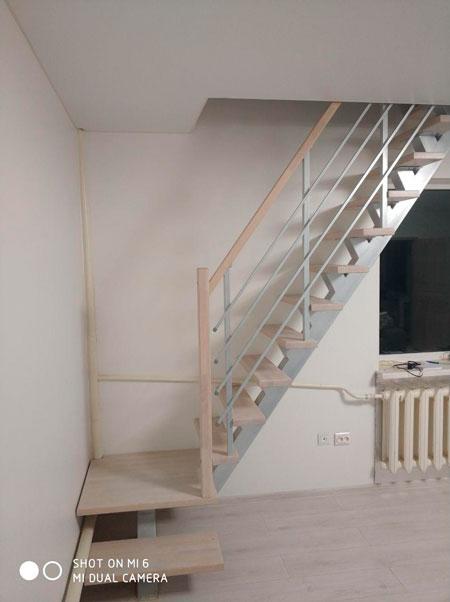 фото лестницы на металлическом каркасе на мансарду с перилами из дерева