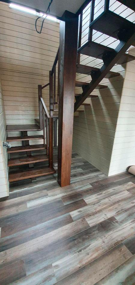 фото деревянной лестницы на металлическом каркасе на мансардку с поворотом