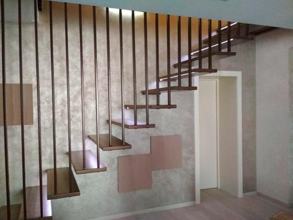 фото навесной лестницы с перилами из металла