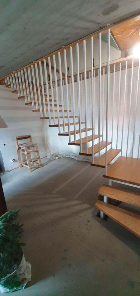 фото маршевой подвесной лестницы с перилами из металла