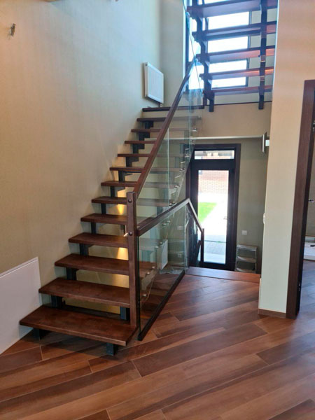фото маршевой лестницы на металлическом каркасе с перилами из стекла