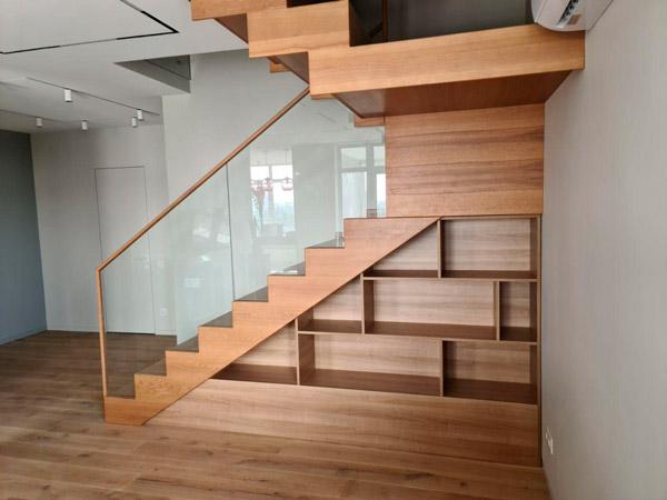 фото маршевой лестницы на металлическом каркасе с перилами из дерева и металла