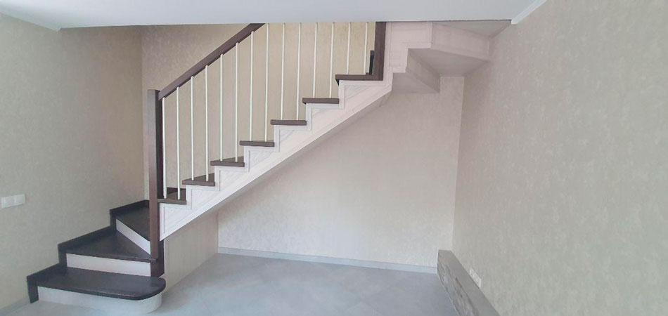 фото деревянной лестницы из дерева с поворотом