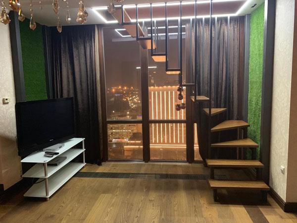 фото лестницы на металлическом каркасе с перилами из стекла