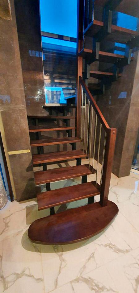 фото лестницы на металлическом каркасе для дачи с перилами из дерева и металла