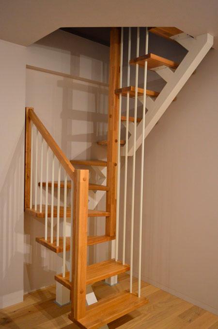 фото деревянной лестницы на металлическом каркасе с поворотными ступенями