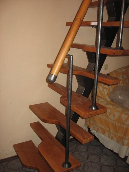 фото лестницы гусиный шаг на металлическом каркасе с поворотом для дачи