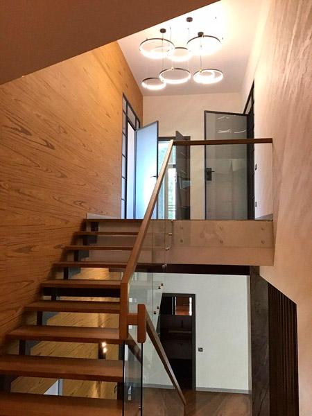 фото маршевой лестницы на металлическом каркасе со стеклянными перилами