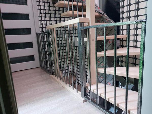 фото лестницы на металлическом каркасе с поворотом