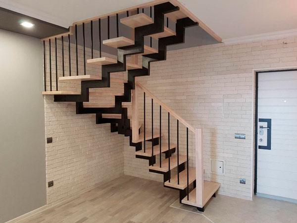 красивые фото поворотной лестницы на металлическом каркасе с перилами из дерева и калиткой