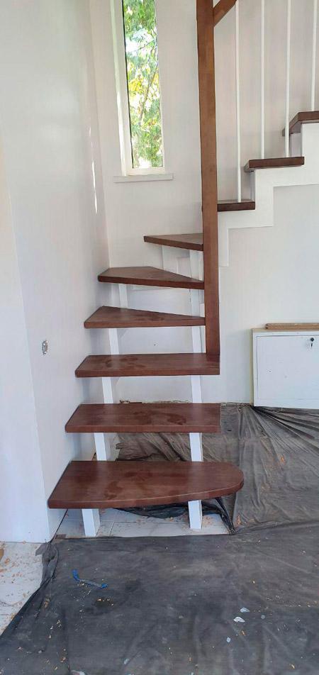 фото деревянной лестницы на металлическом каркасе с поворотом с перилами из дерева