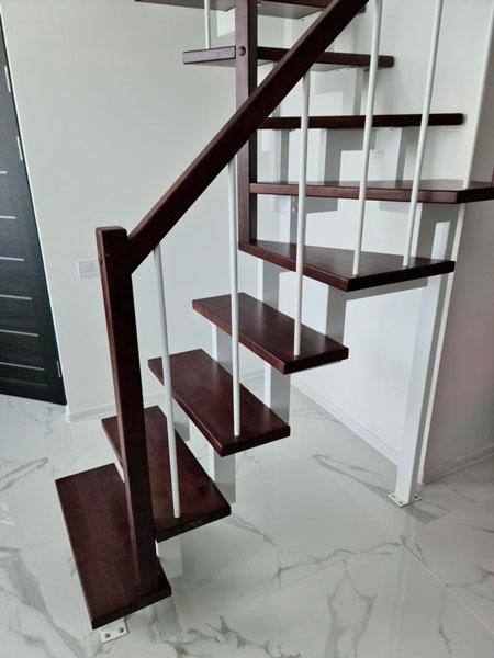 фото лестницы на металлическом каркасе с перилами из металла и дерева