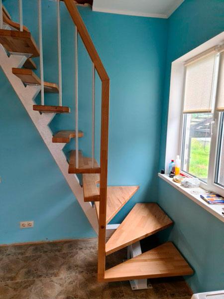 фото лестницы на металлическом каркасе с перилами из дерева