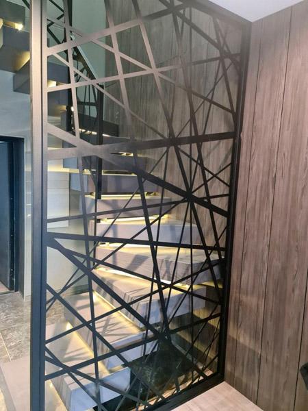 фото деревянной лестницы с перилами из металла