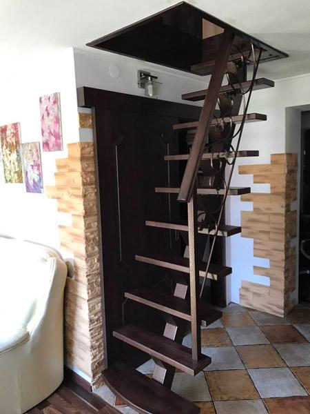 фото маршевой лестницы для дачи на металлическом каркасе с кованными перилами