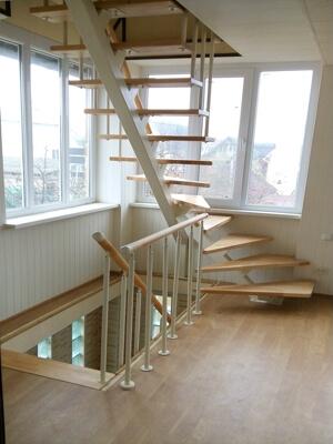 Деревянная лестница на одном косоуре