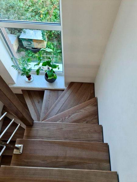 фото деревянной лестницы с перилами из нержавейки