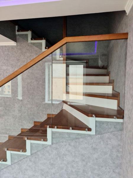 фото забежной деревянной лестницы с перилами из стекла